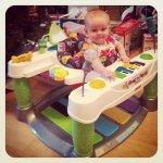 Zabawa dziecka zabawką edukacyjną