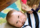 Niemowlak ze swoją siostrą