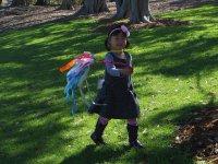 Dziecko bawiąze się w ogrodzie